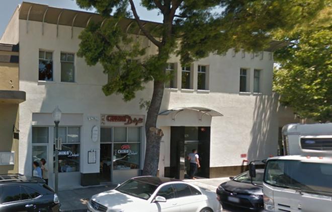 Tháng 6 năm đó, Facebook mở văn phòng nhỏ tại Palo Alto, bang California.