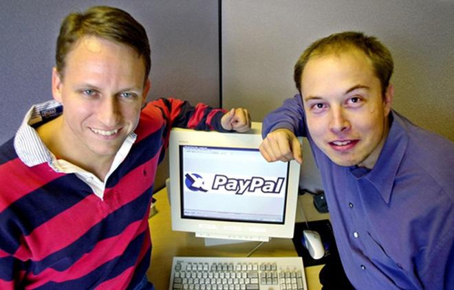 Cùng tháng, Facebook nhận được khoản đầu tư đầu tiên từ nhà đồng sáng lập PayPal, Peter Thiel (bên trái trong ảnh). Thiel sau đó trở thành nhà đầu tư mạo hiểm nổi tiếng, còn người đồng sáng lập còn lại của PayPal, Elon Musk, sau đó thành lập Tesla và SpaceX.