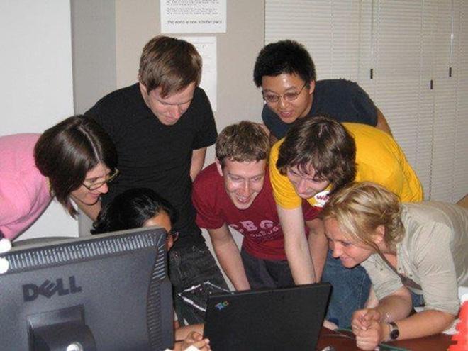 Thời điểm này, Facebook nhanh chóng vụt lên trở thành ngôi sao tại Thung lũng Silicon. Tháng 5/2005, Facebook huy động được 13,7 triệu USD và cho ra mắt tính năng Bảng tin (News Feed) một năm sau đó.
