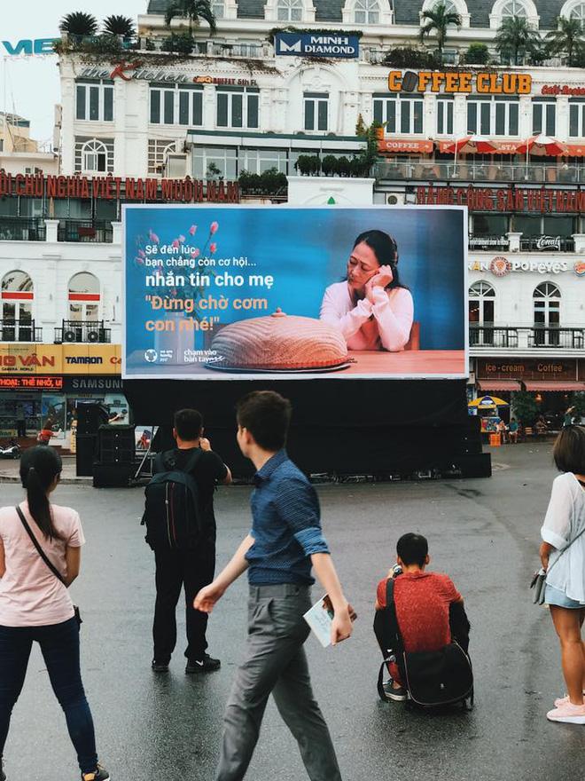 Người Hà Nội rưng rưng trước màn hình billboard có câu hỏi: Đã bao lâu bạn chưa chạm vào bàn tay mẹ? - Ảnh 9.