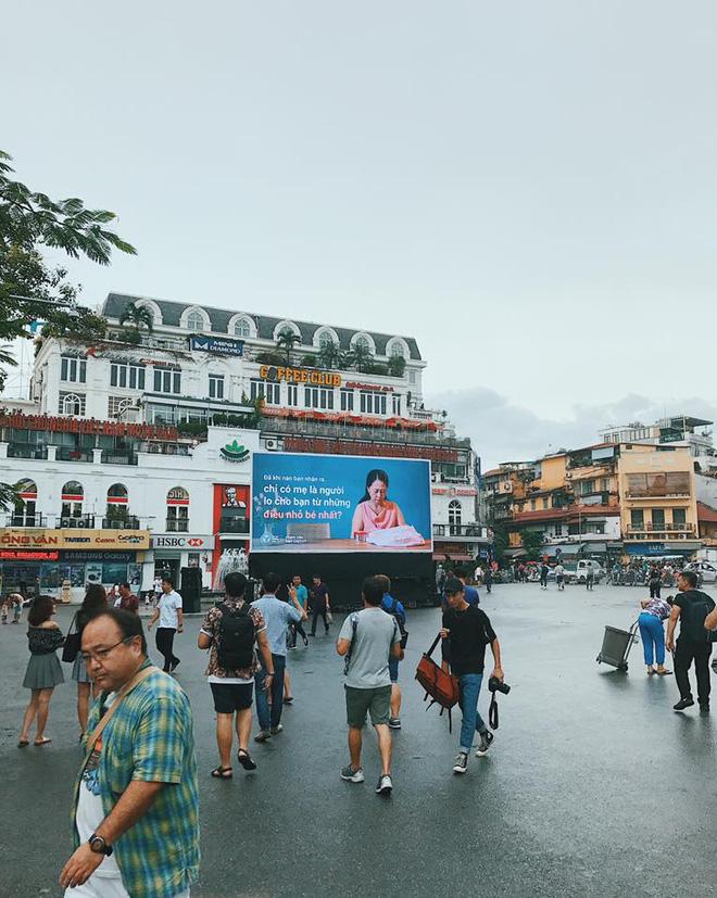 Người Hà Nội rưng rưng trước màn hình billboard có câu hỏi: Đã bao lâu bạn chưa chạm vào bàn tay mẹ? - Ảnh 3.
