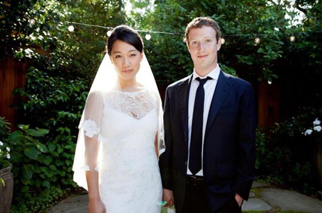 Sau khi IPO, nhà sáng lập Zuckerberg kết hôn với người bạn gái lâu năm từ thời còn học ở Harvard, Priscilla Chan.