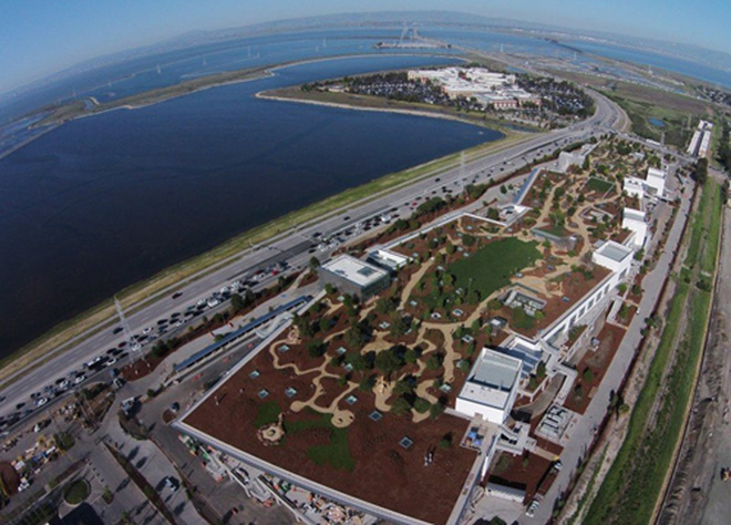 Để đáp ứng tăng trưởng ngày càng mạnh mẽ, tháng 3/2015, Facebook tiếp tục chuyển sang trụ sở mới đặt tại Menlo Park, California. Trụ sở này được thiết kế bởi kiến trúc sư huyền thoại Frank Gehry và là nơi làm việc của hơn 2.800 nhân viên. <br>