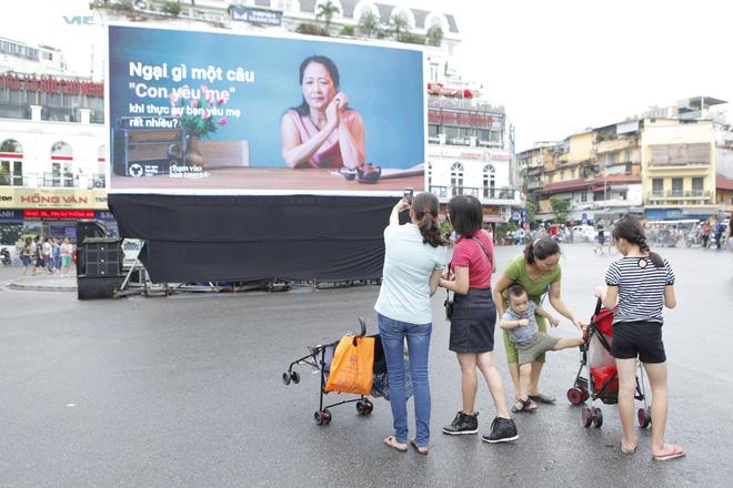 Người Hà Nội rưng rưng trước màn hình billboard có câu hỏi: Đã bao lâu bạn chưa chạm vào bàn tay mẹ? - Ảnh 5.