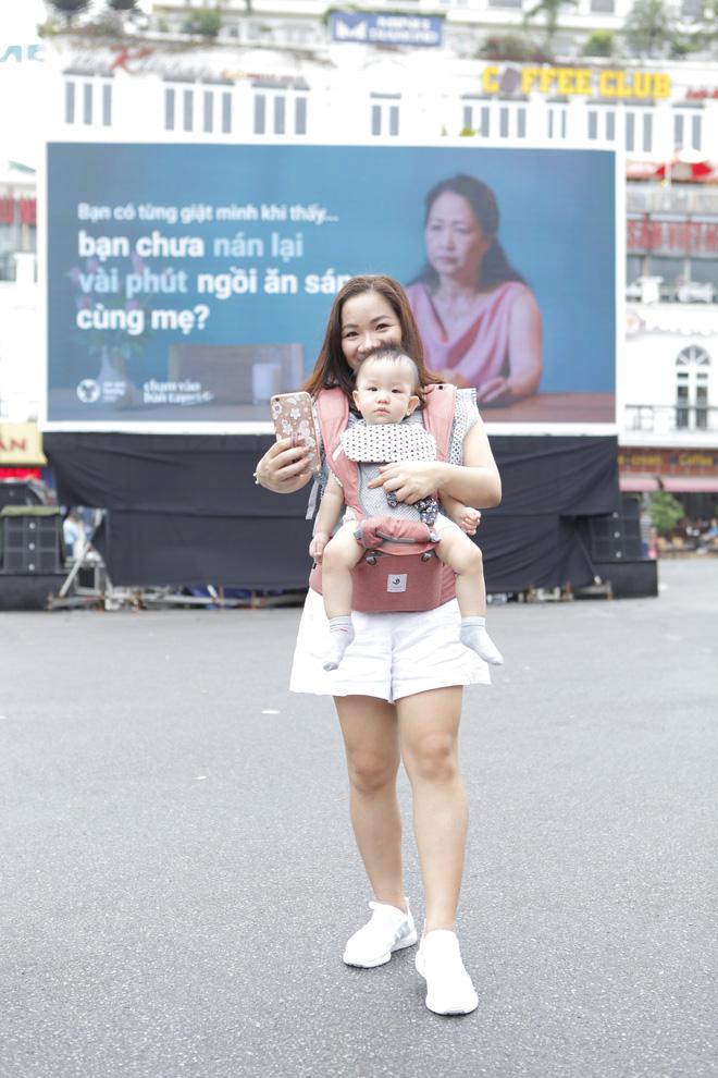 Người Hà Nội rưng rưng trước màn hình billboard có câu hỏi: Đã bao lâu bạn chưa chạm vào bàn tay mẹ? - Ảnh 6.