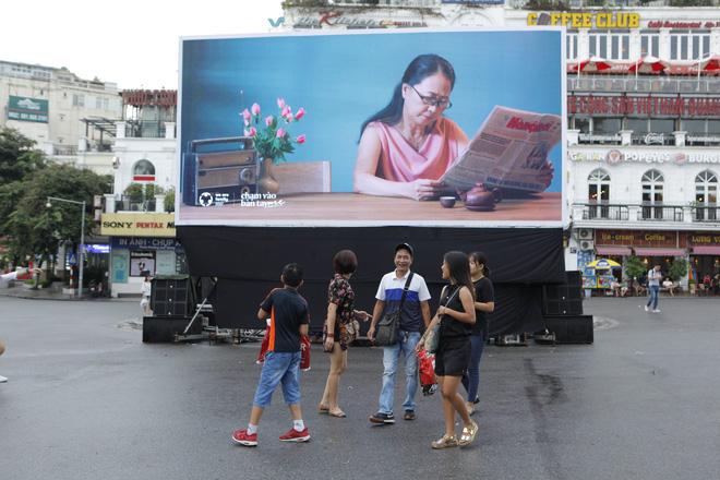 Người Hà Nội rưng rưng trước màn hình billboard có câu hỏi: Đã bao lâu bạn chưa chạm vào bàn tay mẹ? - Ảnh 10.
