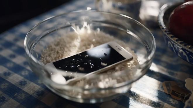 Xem lại video Samsung đá xoáy Apple, bạn có nhận ra chi tiết siêu hài hước này không? - Ảnh 4.