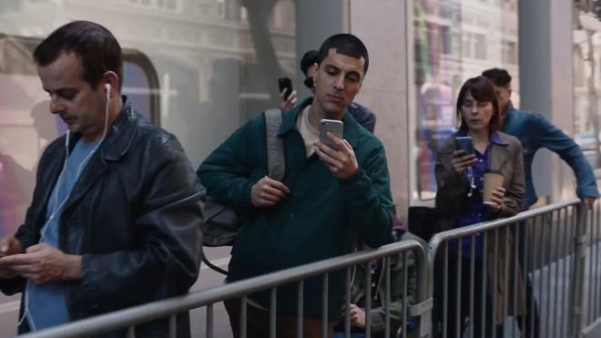 Xem lại video Samsung đá xoáy Apple, bạn có nhận ra chi tiết siêu hài hước này không? - Ảnh 6.