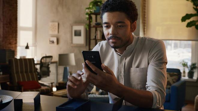 Xem lại video Samsung đá xoáy Apple, bạn có nhận ra chi tiết siêu hài hước này không? - Ảnh 1.