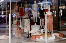 H&M đóng toàn bộ cửa hiệu tại Nam Phi vì một lỗi quảng cáo - Ảnh 1.