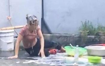 Minh Tiến lấy trứng gà trộn với nước, đổ lên đầu mẹ mình từ tầng 2. Ảnh: Youtube.