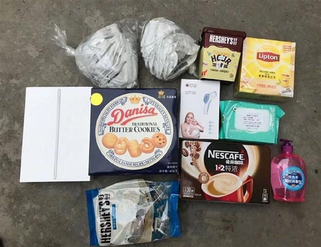Cận cảnh hộp quà Apple gửi nhân viên đang cách ly tại Trung Quốc: iPad, khẩu trang, trà Lipton, Nescafe và bánh quy Danisa - Ảnh 1.