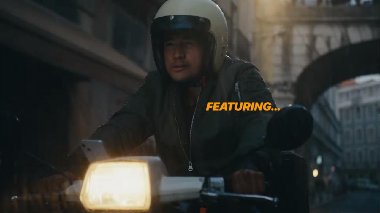 Apple tung quảng cáo iPhone 13 5G gắn trên xe máy dù yêu cầu người dùng không được làm điều đó